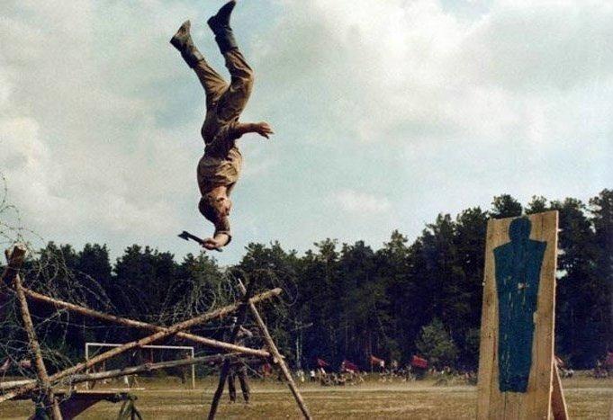 Метание топора в прыжке вверх ногами